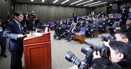국민의당 안철수 대표가 12일 오후 국회에서 열린 당무위원회의에서 의사봉을 두드리고 있다. 2018.1.12 [사진출처=연합뉴스]