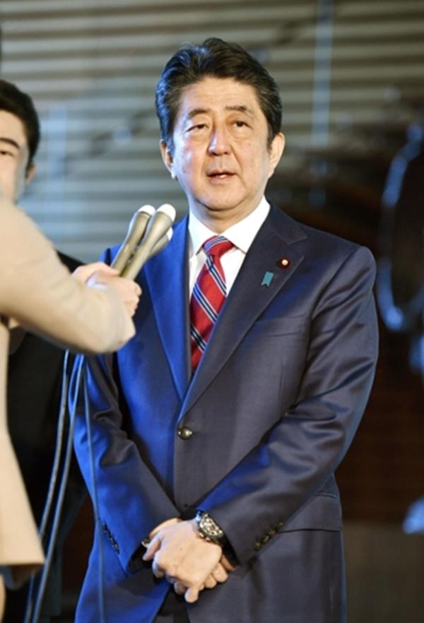"""아베 신조(安倍晋三) 일본 총리가 12일 관저에서 기자들의 질문에 답하고 있다. 그는 이날 """"위안부 합의는 국가와 국가간의 약속으로 한국측도 이행해야 한다""""며 한국측의 위안부 문제에 대한 사죄요구를 거부했다. [사진=교도통신·연합뉴스]"""