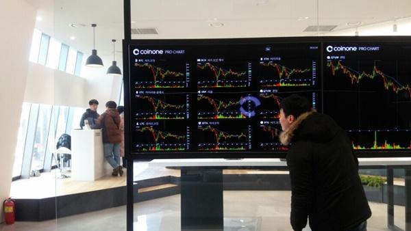 12일 서울 영등포구 여의도동에 위치한 가상화폐 거래소 방문자가 차트를 바라보고 있다. [사진=김정범 기자]