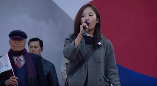 태극기 집회 무대에서 발언하는 여명 씨 <사진출처=본인>