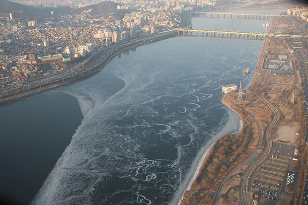 기록적인 혹한으로 전국이 꽁꽁 얼어붙은 26일 오후 서울 반포대교 인근 한강 일부가 얼어있다. [사진=연합뉴스]