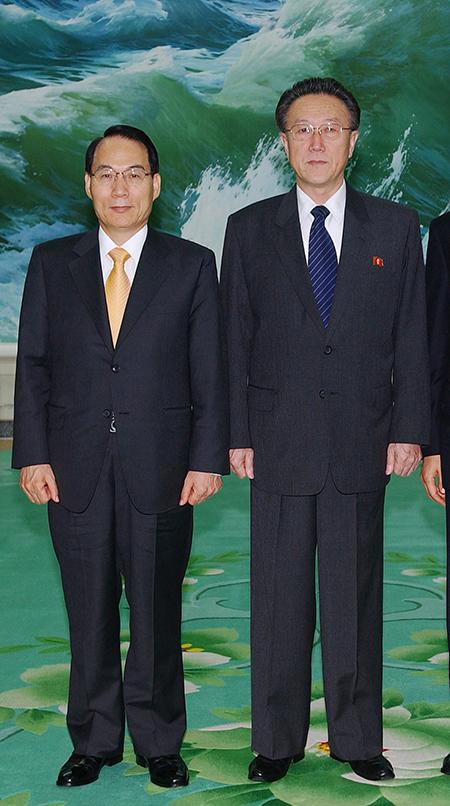 김만복 국가정보원장(왼쪽)과 김양건 노동당 통일전선부장[사진=매경DB]