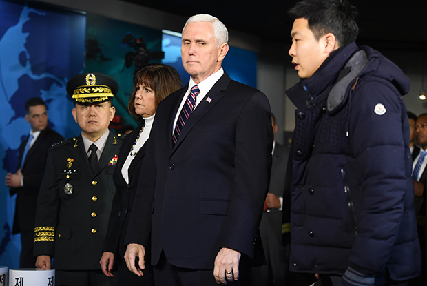 마이크 펜스 미 부통령이 9일 오전 경기 평택 해군 2함대를 방문해 서해수호관을 둘러보고 있다.[사진=공동취재단]