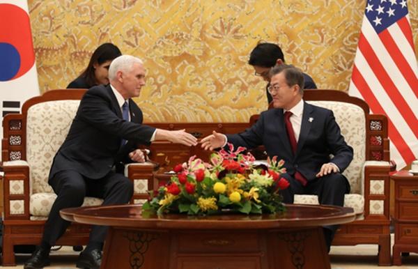 문재인 대통령과 마이크 펜스 미국 부통령이 8일 오후 청와대에서 만나 악수하고 있다.[사진=연합뉴스]