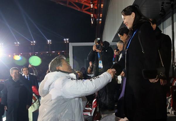 문재인 대통령과 김여정 북한 노동당 중앙위 제1부부장이 9일 오후 강원도 평창 올림픽스타디움에서 열린 2018 평창동계올림픽 개막식에 참석해 악수하고 있다. 왼쪽은 토마스 바흐 IOC위원장. [사진=연합뉴스]