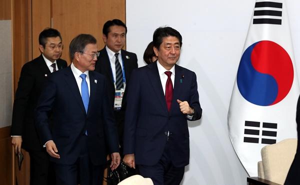 9일 오후 문재인 대통령이 용평 블리스힐스테이에서 아베 일본총리와 회담을 하고 있다. [사진=청와대사진기자단]