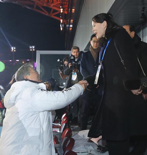 문재인 대통령이 9일 평창동계올림픽 개막식에서 김여정 북한 노동당 중앙위 제1부부장과 악수하고 있다. [사진=연합뉴스]