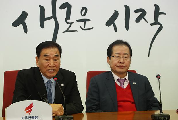 """늘푸른한국당 이재오 대표가 12일 여의도 자유한국당 당사에서 열린 '늘푸른한국당 입당식""""에서 인사말을 하고 있다. [사진=연합뉴스]"""