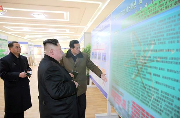 북한 조선중앙TV는 1월 13일 김정은 노동당 위원장의 국가과학원 현지 시찰 사진을 내보내면서 사진 속 핵 관련 정보가 적힌 것으로 추정되는 도판을 흐릿하게 처리했다.[사진=연합뉴스]