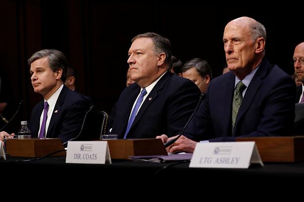 """미국의 댄 코츠 국가정보국(DNI) 국장(오른쪽)과 마이크 폼페이오 중앙정보국(CIA) 국장(가운데)이 13일(현지시간) 상원 정보위원회의 """"전 세계 위협""""에 관한 연례 청문회에 출석해 있다.[사진=연합뉴스]"""