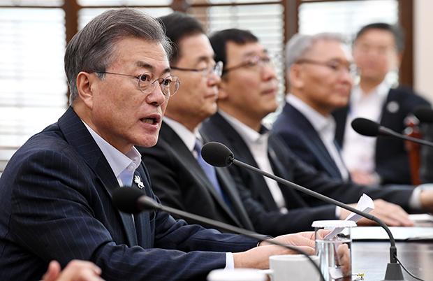문재인 대통령이 19일 오후 청와대에서 열린 수석보좌관회의서 발언하고 있다. [사진=김재훈기자]