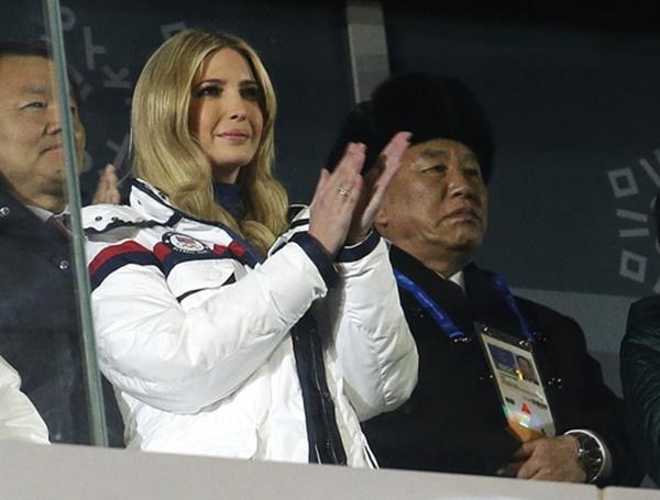 도널드 트럼프 미국 대통령 장녀인 이방카 백악관 보좌관(왼쪽 두번째)이 25일(현지시간) 평창동계올림픽 폐막식에서 박수를 치고 있다. [사진=AP·연합뉴스]
