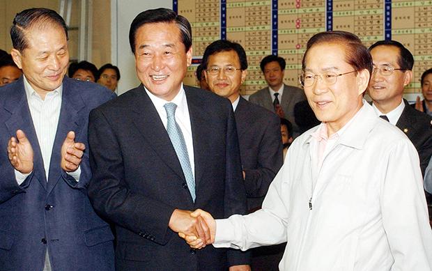 2002년 당시 한나라당 이회창 대통령후보와 서창원 대표가 6.13 지방선거 압승에 기뻐하고 있다. [사진=매경DB]