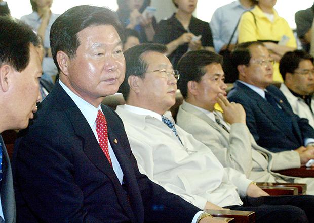 2002년 당시 6.13 지방선거 결과에 실망한 민주당 한화갑 대표가 상활실에서 침통한 표정으로 앉아있다. [사진=매경DB]