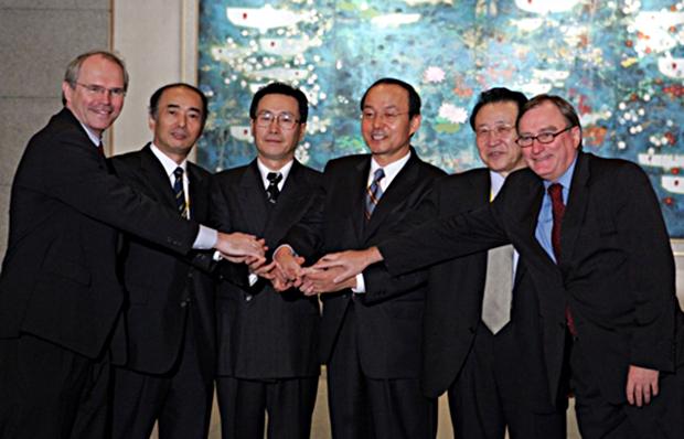2005년 9월 19일 베이징 댜오위타이에서 열린 북핵 6자회담에서 6개국 대표들이 한반도 비핵화 원칙 등 6개항의 공동성명을 채택한 뒤 손을 맞잡고 축하하는 모습[사진=연합뉴스]