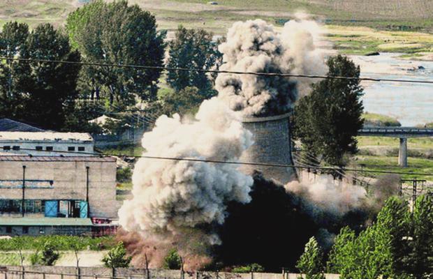 2008년 6월 27일 북한이 비핵화 의지를 과시하기 우해 영변 핵시설의 냉각탑 폭파 장면.[사진=연합뉴스]