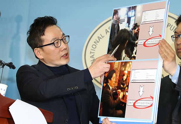 정봉주 전 의원이 12일 국회 정론관에서 기자회견을 자신을 겨냥한 성추행 의혹과 관련해 반박 증거를 공개하고 있다. [사진=이승환기자]