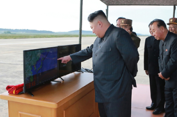 북한 김정은 노동당 위원장이 중장거리탄도미사일(IRBM)인 화성-12형 발사 훈련을 현지 지도했다고 16일 조선중앙통신이 보도했다.[사진=연합뉴스]