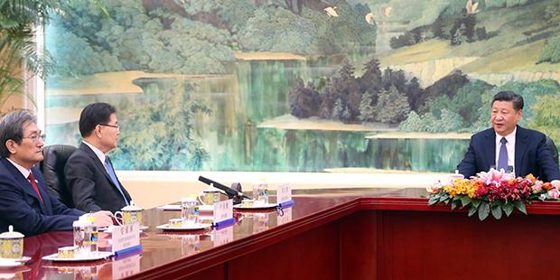 12일 오후 중국 베이징(北京) 인민대회당 푸젠팅에서 방북 방미 결과를 설명하기 위해 중국을 방문한 정의용 국가안보실장이 시진핑(習近平) 중국 국가주석을 만나 인사말을 하고 있다. 왼쪽은 노영민 주중대사.[사진=연합뉴스]