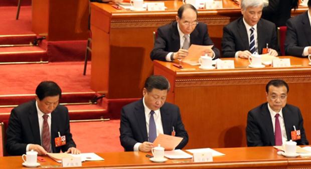 11일 오후 중국 제13기 1차 전국인민대표대회(전인대) 3차 전체회의에서 중국의 5번째 개헌안이 통과된 가운데 시진핑 중국 국가주석이 개헌안 투표 전 투표용지를 자세히 들여다 보고 있다[사진=연합뉴스]