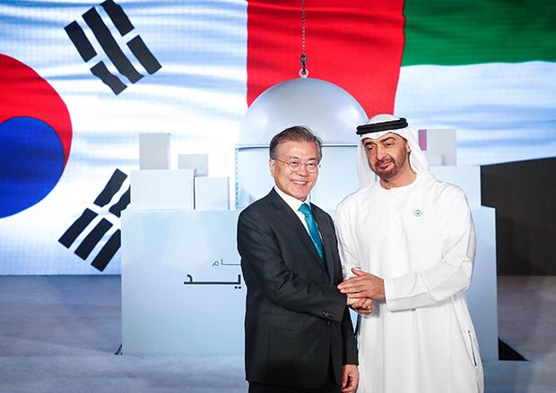 아랍에미리트(UAE)를 공식 방문 중인 문재인 대통령이 26일 오후 바라카 원전 1호기 건설 완료행사에서 모하메드 빈 자이드 알 나흐얀 왕세제와 인사를 나누고 있다. [사진=청와대사진기자단]