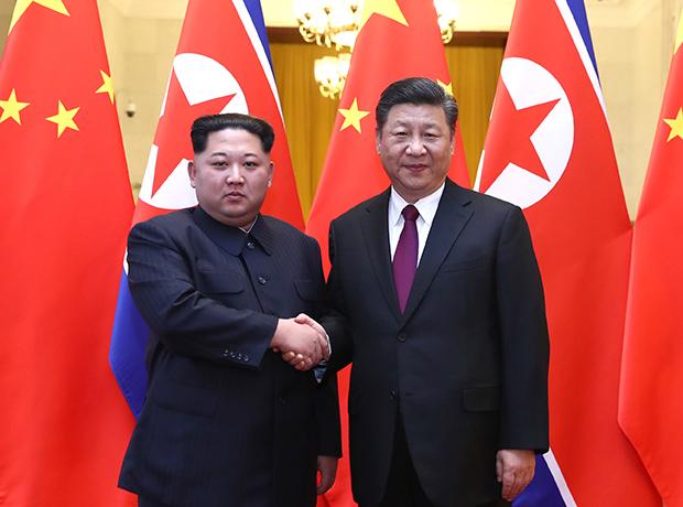 베이징의 인민대회당에서 김정은 노동당 위원장이 중국 시진핑 국가주석과 만나 악수하는 모습.[사진=연합뉴스]