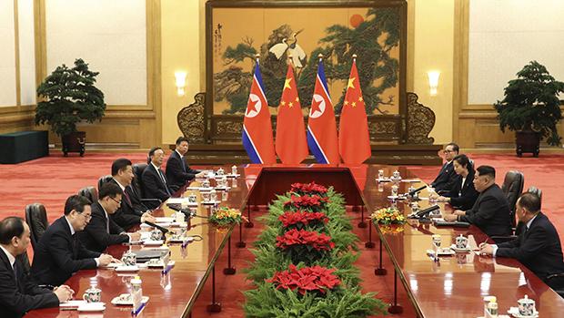 중국을 방문한 김정은 북한 노동당 위원장(오른쪽 두 번째)과 시진핑 중국 국가주석(왼쪽 네 번째)이 베이징 인민대회당에서 회담을 하고 있다[사진=연합뉴스]