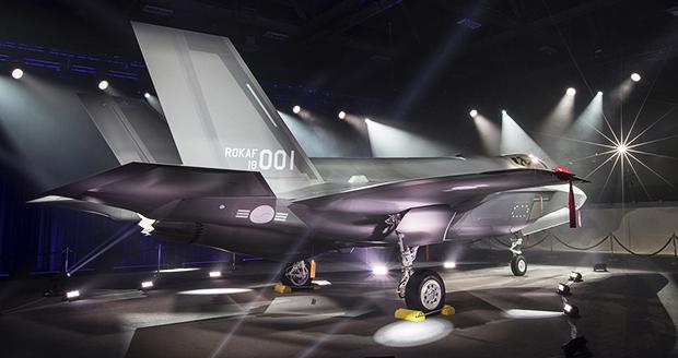 우리 군의 전략무기가 될 F-35A 스텔스 전투기 1호기가 28일(현지시간), 제작사인 록히드마틴의 미국 텍사스주 포트워스 최종 조립공장에서 공개되고 있다.[사진=연합뉴스]