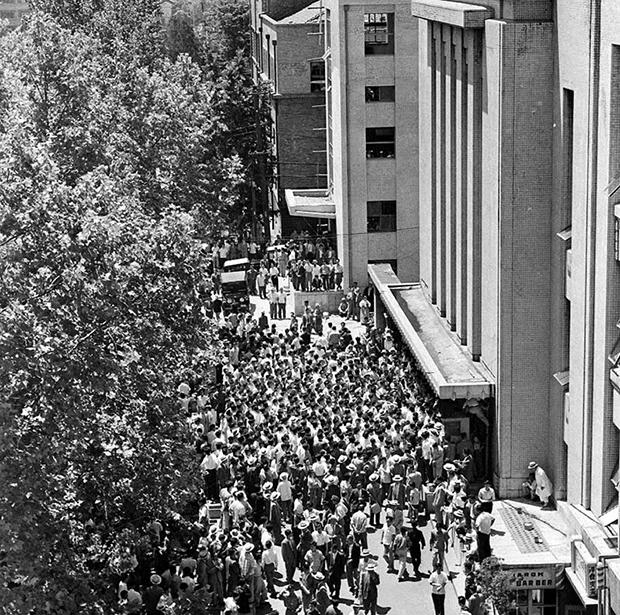 1960년 6월 15일 국회의사당 앞에서 열린 국회개헌안 통과 지지데모 전경[사진=국가기록원]