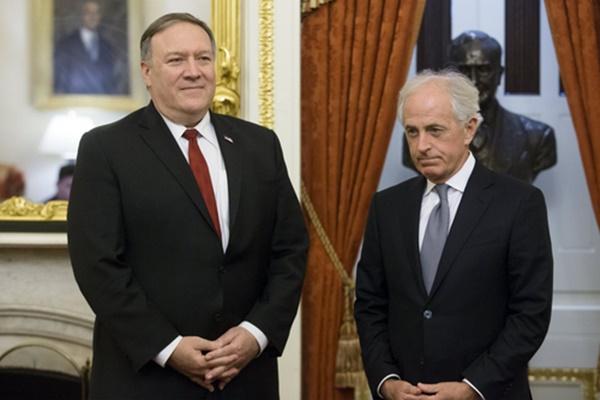 미국 국무장관 내정자인 마이크 폼페이오 중앙정보국(CIA) 국장(왼쪽)이 지난달 19일(현지시간) 의회에서 밥 코커(공화·테네시) 상원 외교위원장을 만나 의견을 나누고 있다. [사진=연합뉴스]