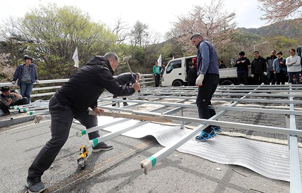 사드(THAAD·고고도미사일방어체계) 반대 주민이 12일 오후 경찰이 철수한 경북 성주군 초전면 소성리 진밭교에서 장비를 정리하고 있다. [사진=연합뉴스]