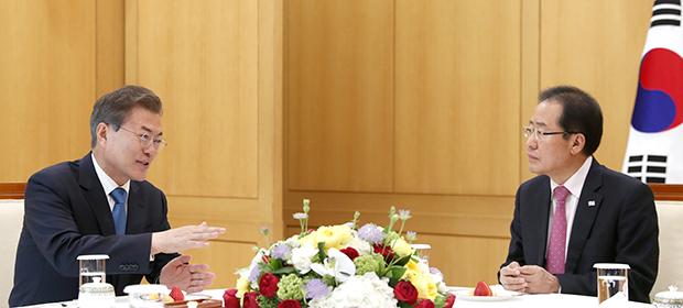 문재인 대통령이 13일 오후 청와대 본관 백악실에서 자유한국당 대표 홍준표대표를 만나고 있다.[사진=청와대 제공]