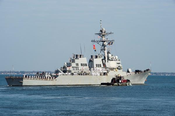 """""""시리아 화학무기 공격""""에 대한 미국의 응징이 임박한 가운데, 미 해군의 """"해리 트루먼"""" 항공모함 전단에 속하는 이지스 유도 미사일 구축함 알레이버크가 11일(현지시간) 미 버지니아주 노퍽 항을 출항, 중동을 향해 항행하고 있다. 트루먼 항모전단은 구축함 알레이버크와 제이슨 던햄, 타이콘데로가급 유도 미사일 순양함 노르망디 등 모두 7척의 수상함정과 6천500여 명의 승조원들로 구성돼 있다. [사진=연합뉴스]"""