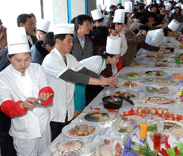 """북한 김일성 주석의 생일인 태양절을 기념하는 '제18차 태양절요리축전""""이 2013년 4월 9일부터 11일까지 평양면옥에서 열렸다고 조선중앙통신이 11일 보도했다.[사진=연합뉴스]"""