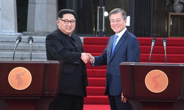 문재인 대통령과 김정은 북한 국무위원장이 27일 오후 판문점 평화의 집 앞에서 판문점 선언을 발표한 뒤 악수하고 있다. [사진=연합뉴스]