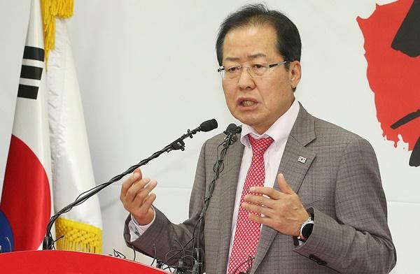 자유한국당 홍준표 대표가 4월 30일 오후 서울 여의도 당사에서 4.27 남북정상회담 관련 기자회견을 하고 있다. [사진=이승환기자]