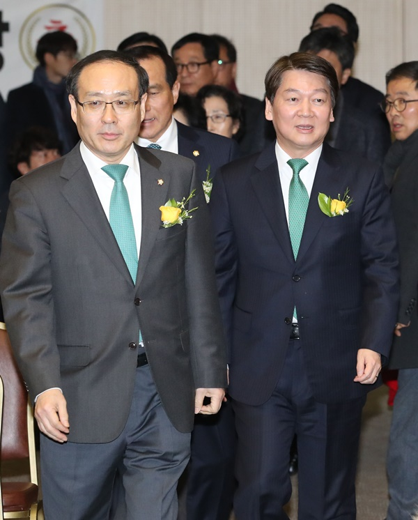 1월 4일 오후 세종컨벤션센터에서 열린 국민의당 세종시당 창당대회에서 안철수 대표와 오세정 의원이 입장 하고 있다. [사진=연합뉴스]