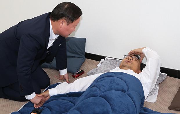 당시 김재원 청와대 정무수석이 단식중인 이정현 대표를 찾아 대화하고 있다.[사진=연합뉴스]