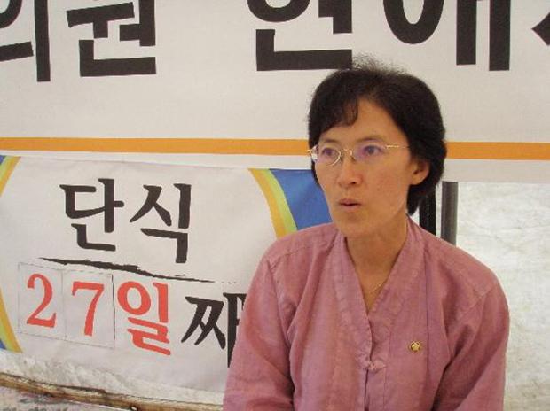 2007년 제주 군사기지 건설에 반대하며 단식 중인 현애자 전 민주노동당의원[사진=연합뉴스]