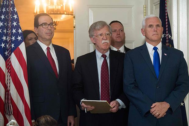 존 볼턴 미국 백악관 국가안보회의(NSC) 보좌관(가운데)이 8일(현지시간) 백악관에서 도널드 트럼프 대통령의 이란 핵합의 탈퇴 선언 기자회견을 지켜보고 있다.[사진=연합뉴스]