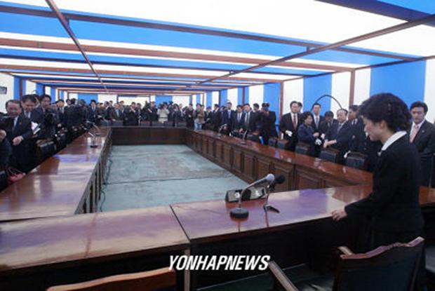 한나라당 박근혜(오른쪽) 새 대표가 2004년 3월 24일 오전 여의도 천막당사로 출근, 첫 회의를 주재하기 위해 의장석에 앉고 있다.[사진=연합뉴스]