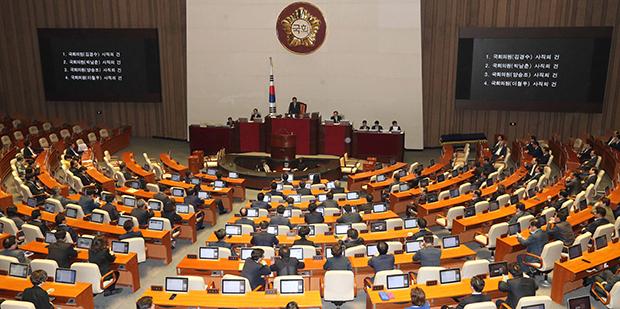 14일 오후 열린 국회 본회의에서 6월 지방선거 출마 의원들의 사직 안건이 통과되고 있다.[사진=연합뉴스]