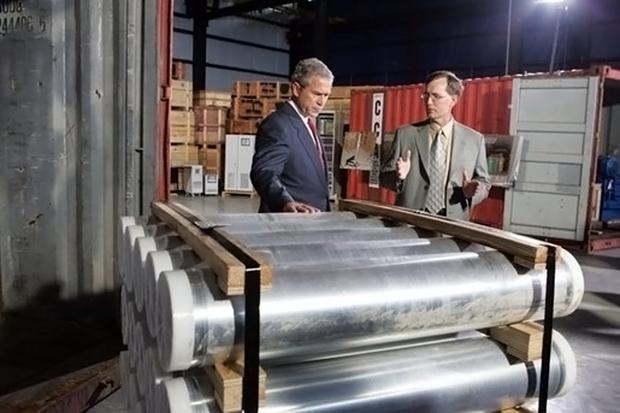 조지 W 부시 전 미국 대통령이 2004년 7월 12일 미국 테네시 주 오크리지 국립연구소 핵융합빌딩에서 리비아의 핵무기 프로그램 관련 장비들을 살펴보고 있다.[사진=연합뉴스]