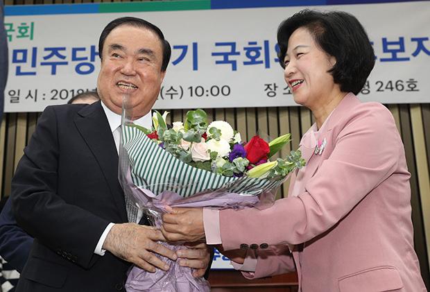 16일 더불어민주당 국회의장 후보자 선거가 치뤄진 가운데 후보자로 선정된 문희상 의원이 축하를 받고 있다.[사진=이승환기자]