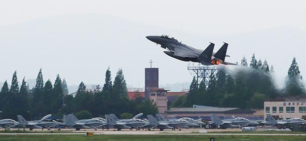 """북한이 한·미 공군의 대규모 연합공중훈련인 """"맥스선더""""(Max Thunder) 훈련을 이유로 남북고위급회담을 전격 취소한 가운데, 광주 공군 제1전투비행단 활주로에서 전투기가 이륙하고 있다[사진=연합뉴스]"""