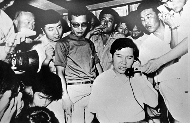 납치에서 생환 후 동교동 자택에서 기자들에 둘러싸인 김대중 전 대통령 [사진=김대중도서관]