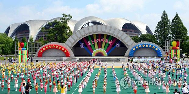 """우리 어린이날(5월 5일)에 해당하는 """"국제아동절""""을 맞이한 2017년 6월 1일 북한 능라인민유원지에서 기념행사가 열렸다고 조선중앙통신이 보도했다[사진=연합뉴스]"""