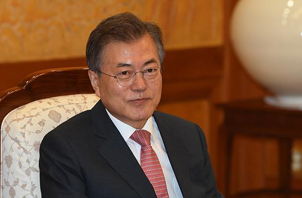 문재인 대통령이 25일 오전 청와대에서 김용 세계은행 총재와 접견하고 있다.[사진=청와대사진기자단]