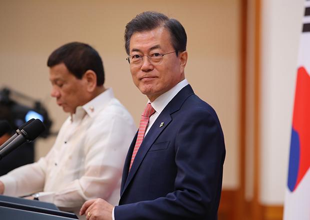 문재인 대통령이 4일 오후 청와대에서 열린 한·필리핀 정상 공동언론발표에 앞서 미소 짓고 있다.[사진=연합뉴스]