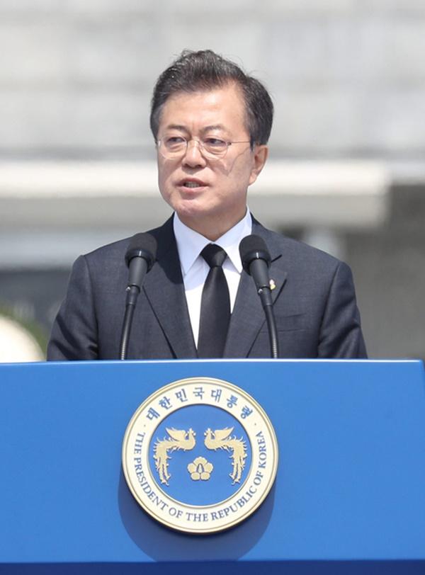 문재인 대통령이 6일 대전현충원 현충탑에서 열린 제63회 현충일 추념식에서 추념사를 하고 있다. [사진=연합뉴스]